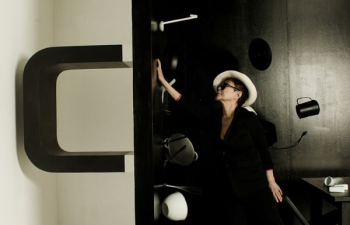 Yoko Ono with Balance Piece, Foto: Marco Delogu, © Courtesy of Yoko Ono